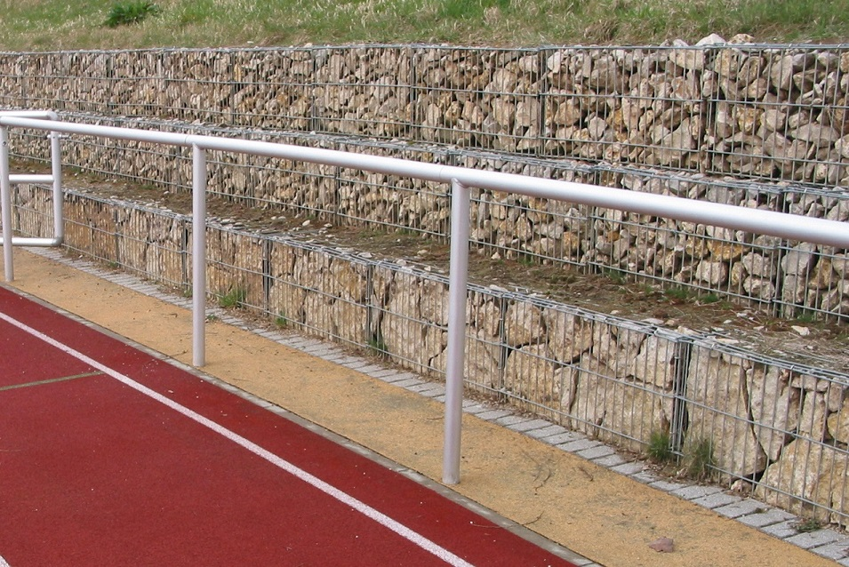 Barrieresystem aus Aluminium, Systemlänge: 50 m, innenliegende T-Verbinder, gebogene Ausführung eloxiert von artec Sportgeräte