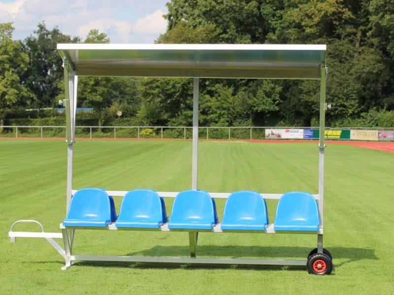 Sportlerbank für das Stadion und den Sportplatz mit Überdachung von artec Sportgeräte
