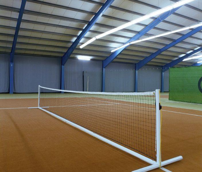 Mobile Tennisanlage mit eingelassenen Gewichten