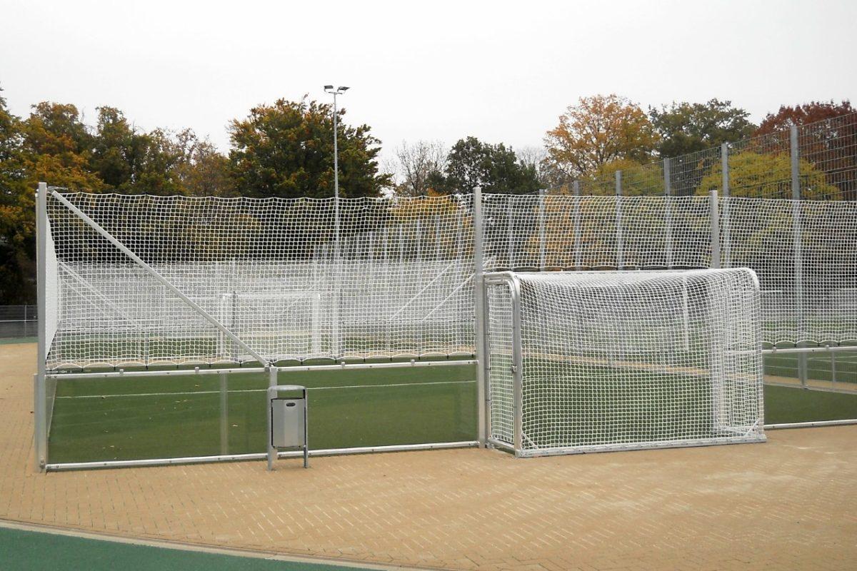 Stationärer Soccer - Court mit verglasten Bandenelementen von artec Sportgeräte