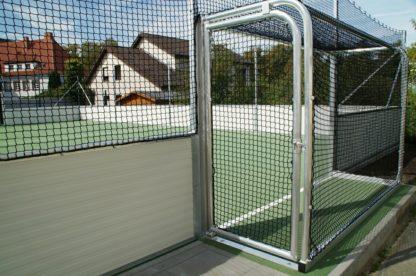 Soccer-Court stationäre Ausführung 40 x 20 m, Bandensystem aus Stahlkonstruktion mit Sandwich-Elementen, mit 2 Bolztoren, Ballfangnetze umlaufend, Bandenlänge: 120 m