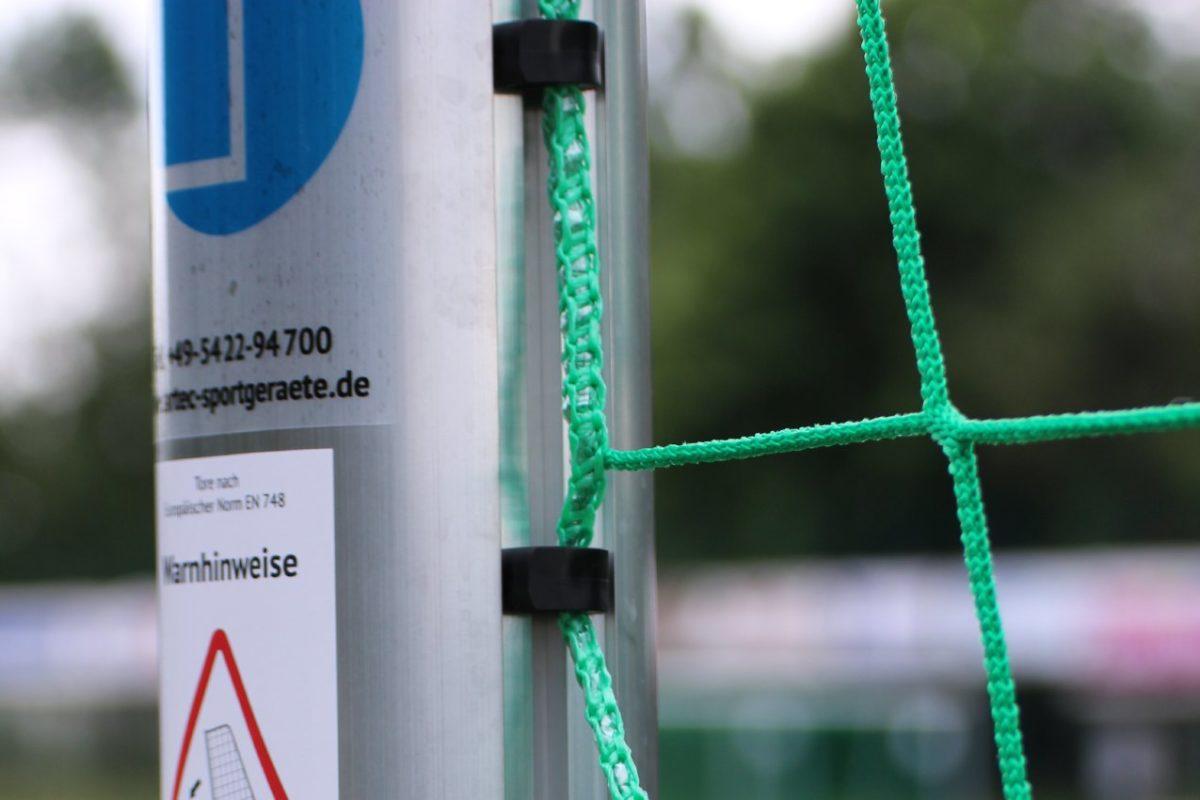Jugendtor PROTECTOR -easytec- mit Kippsicherung (Gewichte im Ovalbodenrahmen), aus Aluminium, vollverschweißt, Sicherheits-Netzhaken, Auslage 1,5 m, Farbe Alu natur von artec